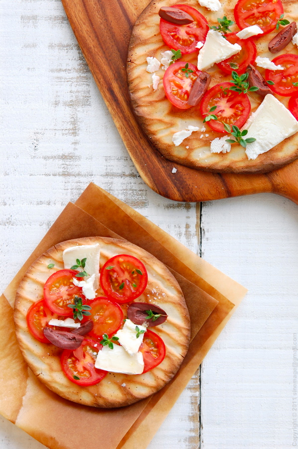Sinemage Cheat pizza flatbread wit tomatoes and goat cheese